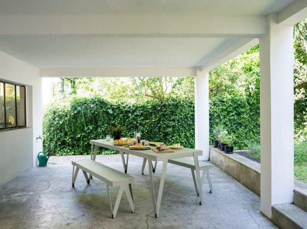 Sfeerbeeld functionals lloyd tafel en bank outdoor