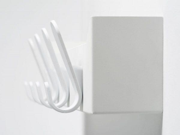 detailbeeld krok kapstok wit