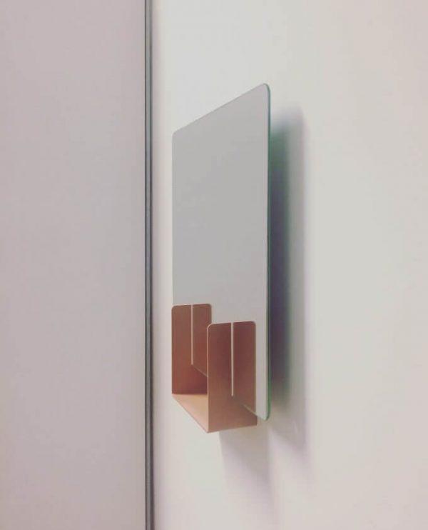 look hangend aan muur spiegel van ignore