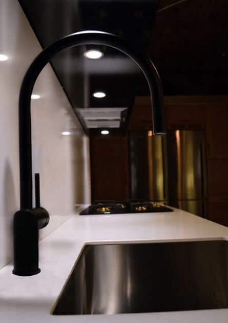 sfeerfoto nivito zwarte keukenkraan