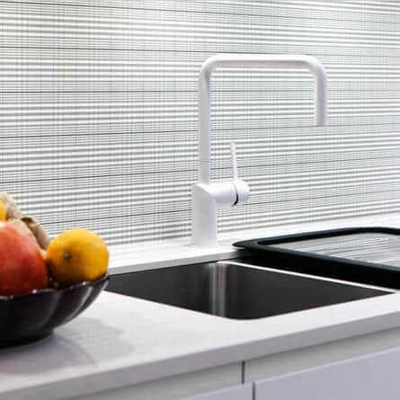 witte keukenkraan op keuken